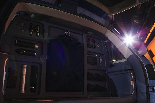 Chưa hết, hãng Lincoln còn đưa một chiếc tủ quần áo chế tạo riêng vào bên trong Navigator Concept.