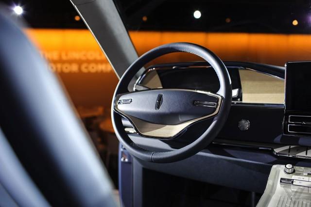 Với người lái, hãng Lincoln dành riêng cụm đồng hồ kỹ thuất số toàn phần cỡ lớn đằng sau vô lăng. Cụm đồng hồ hiển thị những thông tin cần thiết và có thể điều chỉnh thông qua màn hình cảm ứng ở giữa, bên trên khe gió điều hòa.