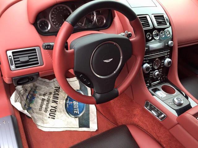 Rapide S cũng được nâng cấp hệ thống khung gầm và hệ thống treo với động cơ đặt thấp hơn 19 mm cùng trọng tâm xe hạ thấp so với thế hệ trước mang đến khả năng xử lý tốt hơn. Ngoài ra, hệ thống giảm xóc thích ứng ADS với ba chế độ Normal, Sport và Track giúp chiếc coupe 4 cửa có khả năng vận hành ấn tượng.
