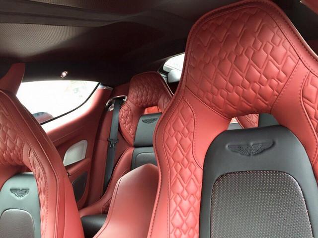 Bên trong khoang lái của Rapide S, hãng Aston Martin vẫn giữ phong cách sang trọng với ghế da cao cấp, cùng nhiều chi tiết được ốp gỗ.