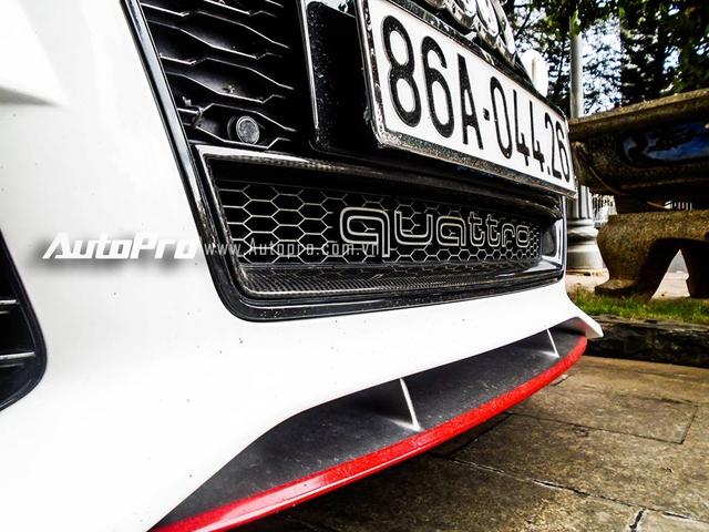 Chiếc coupe 4 cửa được tích hợp thêm cánh lướt gió nhỏ phía trước và được trang trí bằng đề-can màu đỏ nổi bật.