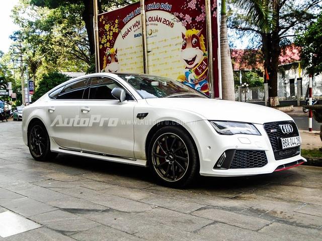Mới đây cánh săn ảnh tại thành phố Buôn Ma Thuột, Đắk Lắk, vừa bắt gặp chiếc coupe 4 cửa sang trọng Audi A7 Sportback đã được độ lại bodykit của phiên bản thể thao RS7 Sportback, xuất hiện trên phố.