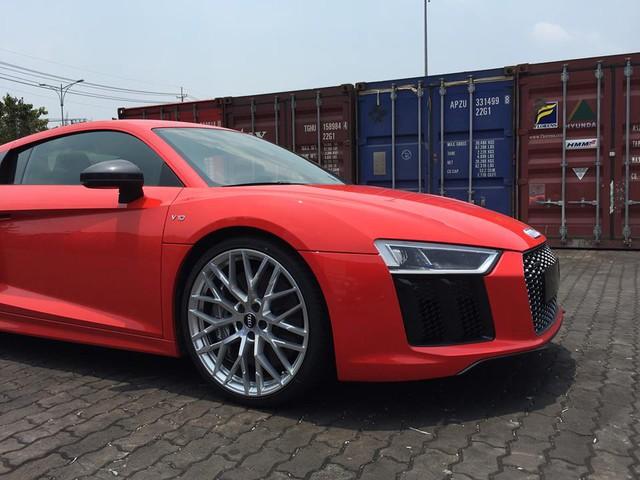 Một chiếc Audi R8 V10 thế hệ thứ 2 vừa xuất hiện tại cảng VICT, Sài Gòn, do công ty chuyên nhập khẩu siêu xe tại Quận 5 đưa về nước.