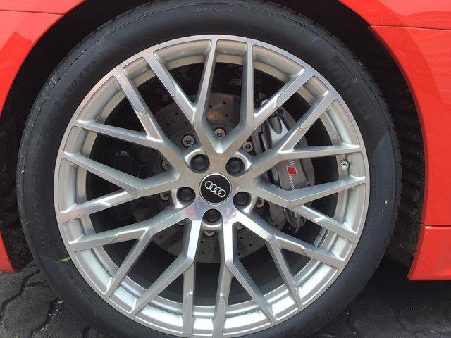 Bộ vành 20 inch đa chấu cũng là trang bị mới cho siêu xe R8 thế hệ thứ 2, đi cùng là bộ phanh gốm carbon.