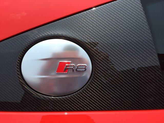 Tương tự như thế hệ đầu tiên tiên, Audi R8 2016 có ngoại thất với nhiều điểm nhấn bằng sợi carbon bắt mắt.