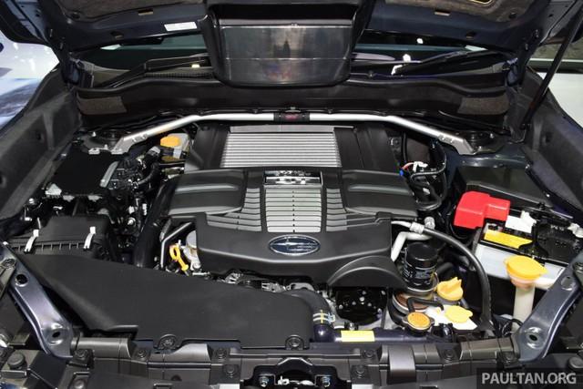 Trong khi đó, động cơ của Subaru Forester 2.0 XT là loại phun nhiên liệu trực tiếp, tăng áp nên có công suất tối đa 241 mã lực tại vòng tua máy 5.600 vòng/phút và mô-men xoắn cực đại 350 Nm tại dải vòng tua máy 2.400 - 3.600 vòng/phút. Động cơ này còn đi kèm hộp số Lineartronic CVT khác biệt để phù hợp với công suất lớn hơn.