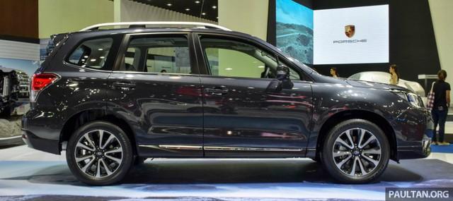 Cả 3 bản trang bị này đều có chiều rộng 1.795 mm và cai 1.735 mm. Trong khi đó, chiều dài của 3 bản trang bị lại khác nhau. Cụ thể, Subaru Forester 2016 2.0i sở hữu chiều dài tổng thể 4.610 mm với cản va nâng cấp. Con số tương ứng của bản 2.0i-P và 2.0 XT là 4.595 mm.