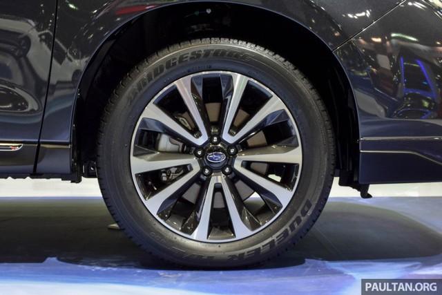 Bản thân thiết kế la-zăng của 3 bản trang bị cũng khác nhau. Subaru Forester 2.0XT sử dụng vành 18 inch với lốp 225/55R18. Hai bản còn lại sử dụng la-zăng 17 inch và lốp 225/60R17.