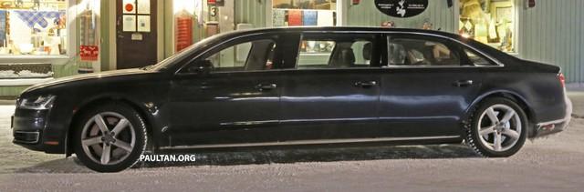 Chiếc xe dài ngoằng và có 6 cửa.