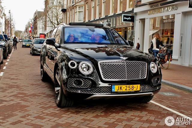 Kể từ đó, hình ảnh những chiếc Bentley Bentayga First Edition trên đường phố đã thường xuyên được chia sẻ lên mạng. Một trong số đó có chiếc Bentley Bentayga First Edition màu đen bóng trong bài.