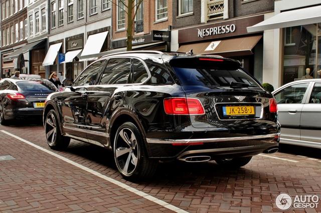 So với phiên bản tiêu chuẩn, Bentley Bentayga First Edition chỉ sở hữu một số điểm nhấn riêng mà nếu không để ý kỹ, bạn có thể không nhận ra. Cụ thể, dấu hiệu nhận biết của Bentley Bentayga First Edition là biểu tượng quốc kỳ Anh và bộ vành 22 inch bóng bẩy với điểm nhấn màu đen.