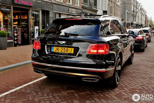 Ngoài ra, Bentley Bentayga First Edition còn có nội thất độc đáo với chỉ khâu hình quả trám màu đối lập và hệ thống đèn viền dạng LED. Những điểm nhấn khác bao gồm bậc cửa lên xuống phát sáng, biểu tưởng quốc kỳ Anh trên bảng táp-lô và dòng chữ First Edition được thêu ở ghế.