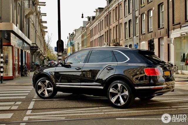 Tại thị trường Mỹ, Bentley Bentayga tiêu chuẩn có giá khởi điểm 229.100 USD, tương đương 5,1 tỷ Đồng. Trong khi đó, Bentley Bentayga First Edition có giá 297.400 USD, tương đương 6,6 tỷ Đồng. Khi mua Bentley Bentayga First Edition, khách hàng được tặng đồng hồ Breitling với 3 phiên bản, trị giá từ 10.000 - 21.000 USD hay 223,7 - 469,8 triệu Đồng.