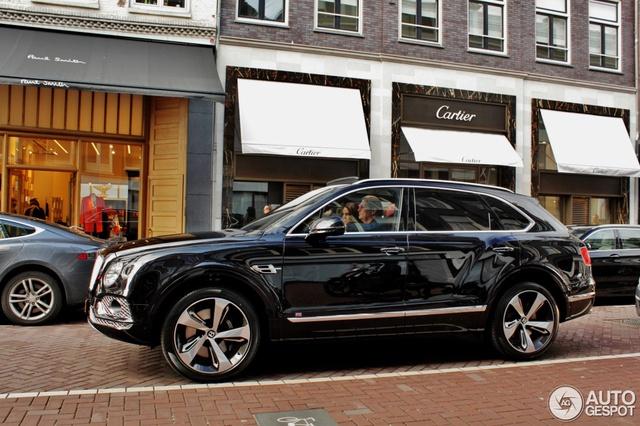 Chiếc Bentley Bentayga First Edition này lọt vào ống kính máy ảnh khi đang chạy trên đường phố của thủ đô Amsterdam, Hà Lan. Đây là 1 trong đúng 608 chiếc Bentley Bentayga First Edition được sản xuất và bán ra toàn cầu.