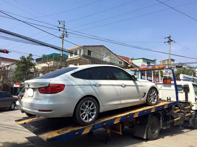 Chiếc BMW 328i Gran Turismo được đưa lên xe cứu hộ.