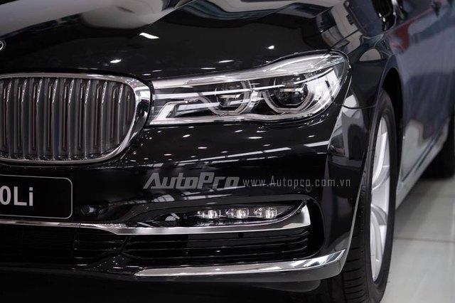 Về thiết kế ngoại thất, BMW 730Li được trang bị lưới tản nhiệt thông minh đóng/mở tự động, hệ thống đèn pha LED tiêu chuẩn với tính năng tự điều chỉnh góc đèn pha và dải sáng cũng như mở rộng góc chiếu khi vào cua.