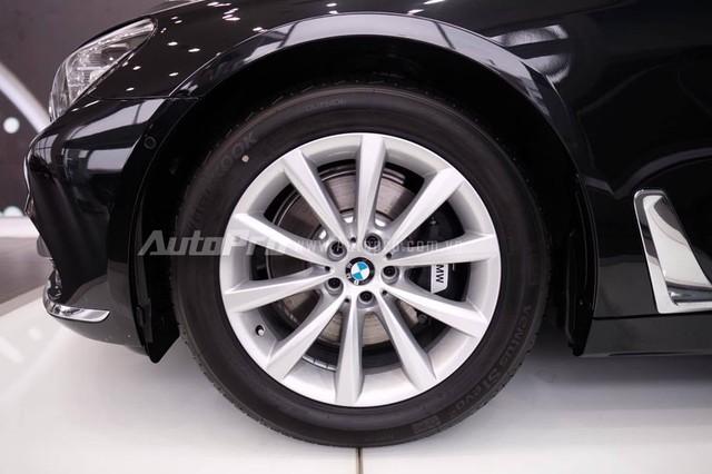 Ngoài ra, BMW 730Li 2016 mới về Việt Nàm còn đi kèm gói trang bị ngoại thất mạ crôm Pure Excellence tiêu chuẩn. Nhờ đó, trên xe xuất hiện nhiều chi tiết mạ crôm như thanh lưới tản nhiệt, trên cản va trước/sau, hốc gió cản trước và ốp má phanh.