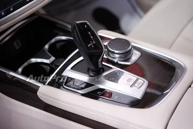 Tiếp đến là hệ thống điều khiển iDrive mới, trang bị công nghệ cảm ứng, hiển thị thông tin trên kính chắn gió HUD, đèn trải thảm dẫn đường và gói mùi hương Ambient Air Package tùy chọn.