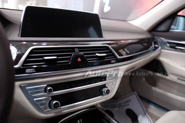 Các tính năng nổi bật của BMW 730Li bao gồm hệ thống điều khiển bằng cử chỉ kết hợp với màn hình cảm ứng 10,25 inch. Màn hình được ứng dụng công nghệ cảm ứng điện dung Touch Display. Hệ thống cung cấp 4 chỉ lệnh được lập trình sẵn là nhận/từ chối cuộc gọi, tăng/giảm âm lượng và 1 lệnh do người sử dụng tự thiết lập.