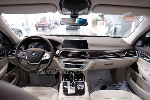 Bên trong 730Li 2016 có ghế bọc da Dakota cao cấp, khoảng duỗi chân rộng rãi và máy tính bảng BMW Touch Command tùy chọn.