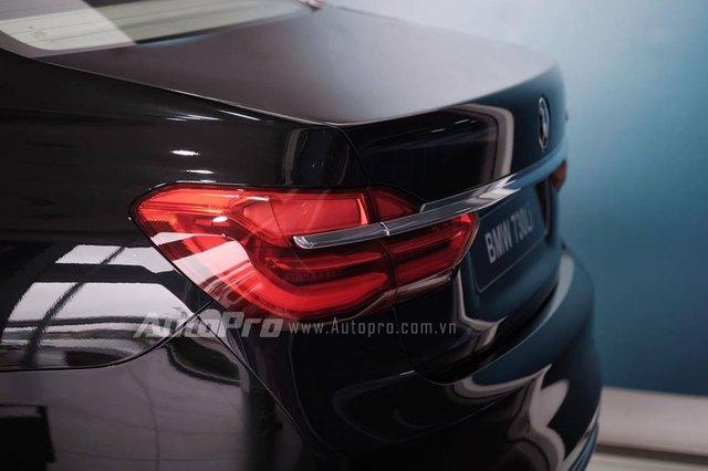 BMW 730Li 2016 tại Việt Nam có 6 tùy chọn màu sắc khác nhau, bao gồm đen, đen ngọc Sapphire, bạc Cashmere, bạc Glacier, trắng Mineral, xám Magellan, xám Arctic, xám Sophisto và xanh dương Imperial.