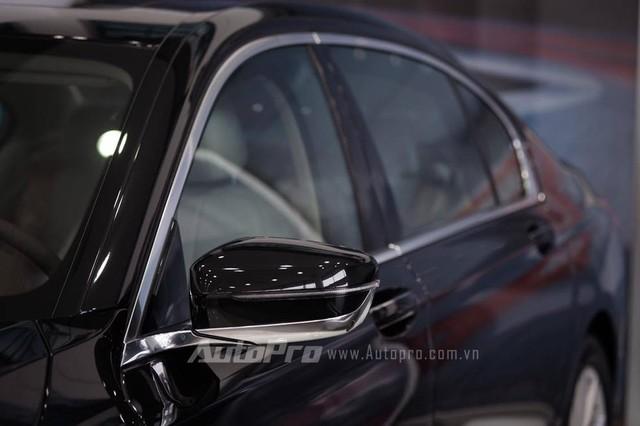 Bên sườn xe có những đường gân dập nổi và hốc thoát gió lần đầu tiên có trên dòng BMW 7-Series với viền mạ crôm sáng bóng. Bên cạnh đó là đường trang trí mạ crôm giúp thân xe trông dài hơn.