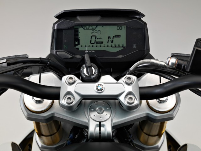 Mẫu mô tô dưới 500 phân khối đầu tiên nhà BMW được trang bị cụm đồng hồ với màn hình tinh thể lỏng cỡ lớn, không chỉ hiển thị nhiều thông tin mà còn giúp người lái dễ dàng quan sát. Xe có các phiên bản màu là đen-bạc, trắng-bạc, xanh-bạc và trắng.
