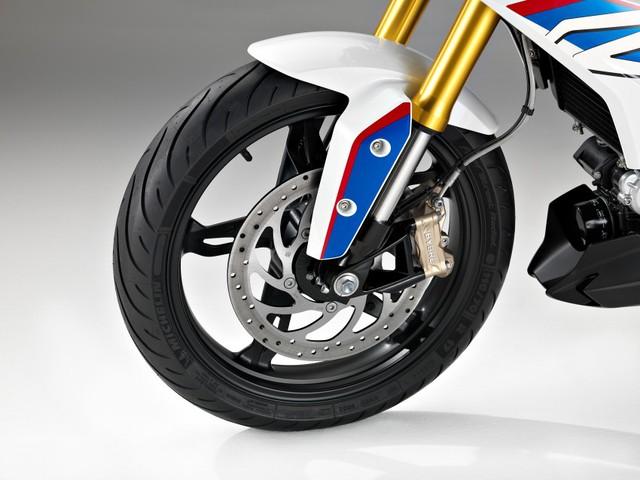 Về các trang thiết bị, BMW G310R có hệ thống chống bó cứng phanh ABS tiêu chuẩn, phanh đĩa đơn với kích thước 300 mm trước và 240 mm sau. Tiếp đến là lốp có kích thước 110/70 R 17 trước và 150/60 R 17 sau. Qua hình ảnh, có thể thấy BMW G310R sử dụng lốp của hãng Michelin.