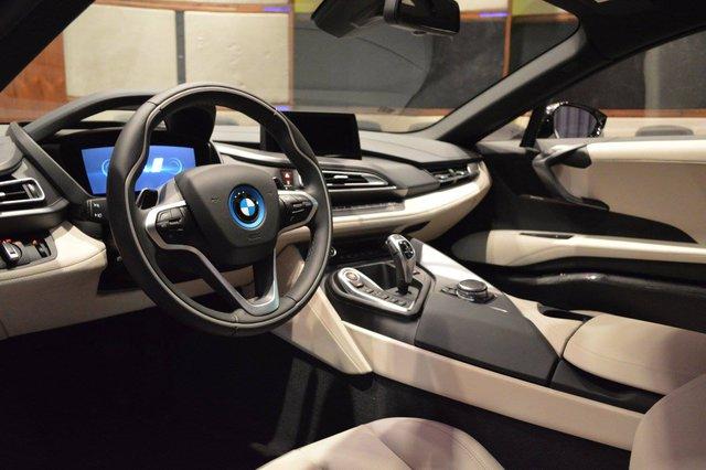 Quả thật, sự kết hợp màu sắc này mang đến sự độc đáo và mới mẻ cho dòng BMW i8 đã rất quen thuộc trên thị trường thế giới nói chung và Việt Nam nói riêng. Trong khi đó, không gian nội thất của chiếc BMW i8 được phủ hai màu đen và trắng chủ đạo.