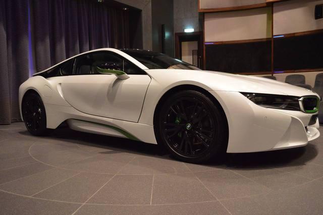 ... cùng vỏ gương ngoại thất. Ngoài ra, trên chiếc BMW i8 còn có một số chi tiết màu đen đối lập như la-zăng, trần xe và các trụ.