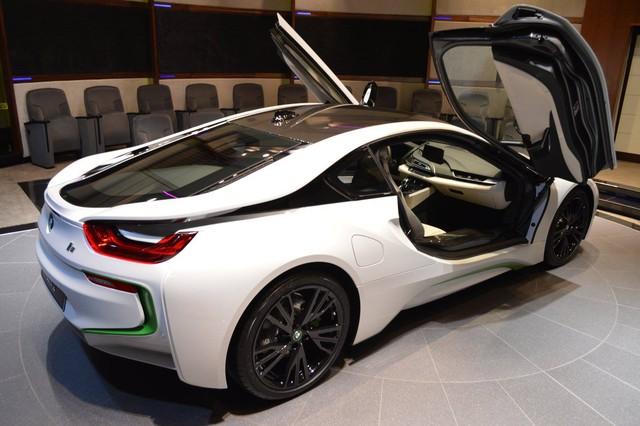 Như đã biết, BMW i8 sở hữu công suất tối đa tổng cộng 362 mã lực nên có thể tăng tốc từ 0-100 km/h trong 4,4 giây. Do đó, BMW i8 cũng có thể được coi là siêu xe. Ấn tượng hơn, BMW i8 chỉ tiêu thụ lượng nhiên liệu trung bình 2,1 lít/100 km nhờ hệ dẫn động hybrid.