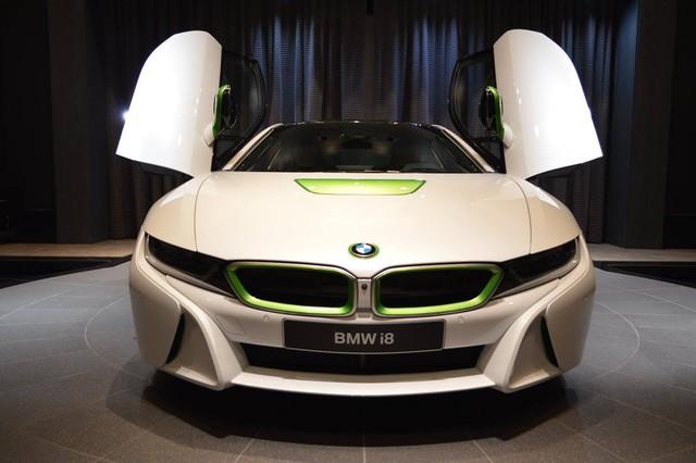 BMW Abu Dhabi trong thời gian qua đã nổi lên như một đại lý ô tô với những chiếc xe sở hữu màu sơn cực độc. Mới nhất trong số đó chính là chiếc BMW i8 màu trắng và xanh cốm có tên Java Green.