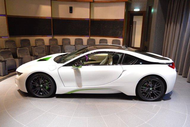 Như đã biết, BMW i8 vốn chỉ có 4 màu sơn tiêu chuẩn là trắng, xám bút chì, xanh ngọc và bạc. Hiện những chiếc BMW i8 tại Việt Nam đã có đủ 4 màu sắc này. Có vẻ như đại lý BMW Abu Dhabi muốn thổi làn gió mới mẻ cho dòng xe hybrid thể thao hạng sang i8 với màu sơn trắng và xanh Java Green.
