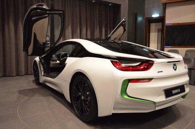 Qua hình ảnh, có thể thấy phần lớn phần thân của chiếc BMW i8 đều được sơn màu trắng.