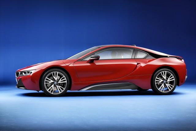 Ngoài màu sơn mới, BMW i8 Protonic Red Edition còn có những phụ kiện riêng biệt khác như bộ vành hợp kim nhẹ với đường kính 20 inch, chấu hình chữ W và sơn màu xám Orbit Grey như điểm nhấn trên nền đỏ. Bên cạnh đó là nhữn chi tiết màu ghi Frozen Grey đối lập.