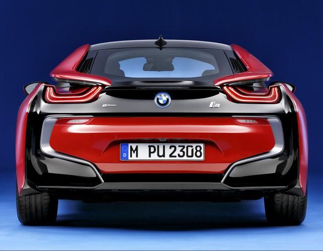 Đúng như tên gọi, BMW i8 Protonic Red Edition có điểm nhấn đập vào mắt là màu sơn ngoại thất đỏ rực. Hiện BMW i8 có 4 màu sơn tiêu chuẩn là trắng, xám bút chì, bạc và xanh ngọc. Do đó, BMW i8 Protonic Red Edition màu đỏ rực hứa hẹn sẽ khiến nhiều người thích thú.