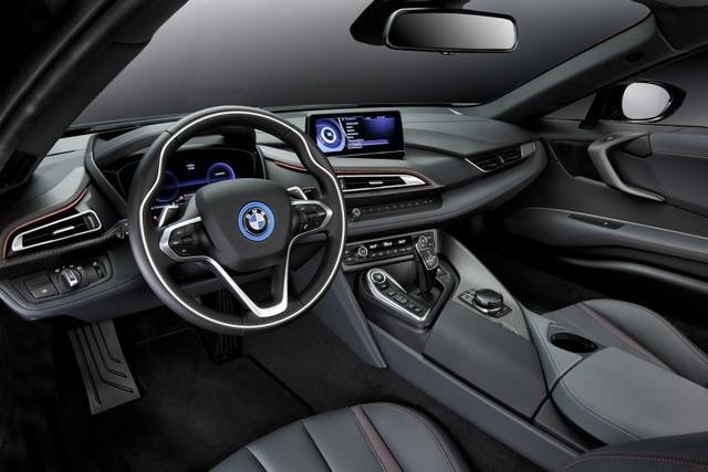 Bên trong BMW i8 Protonic Red Edition có đường chỉ khâu đôi màu đỏ tông xuyệt tông cùng các chi tiết bằng gốm và sợi carbon. Những phần còn lại của BMW i8 Protonic Red Edition không có gì khác so với xe nguyên bản.