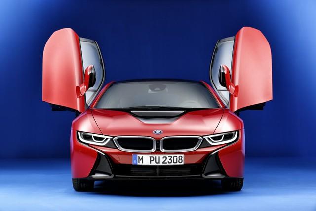 Hãng BMW cho biết, Protonic Red Edition được ra đời để đánh dấu thành công vượt trội của i8 trong năm 2015. Theo đó, BMW i8 là mẫu xe hybrid thể thao bán chạy nhất thế giới trong năm 2015. Tổng cộng, đã có 5.456 chiếc BMW i8 tìm thấy chủ nhân trong năm vừa qua.