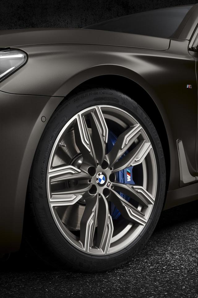 Ngoài ra, BMW M760Li xDrive còn được trang bị hệ thống treo thích ứng Executive Drive Pro, phanh M Sport với kẹp phanh bằng kim loại màu xanh dương và bộ vành hợp kim 20 inch màu xám mờ Cerium Grey.
