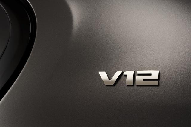 Không dừng ở đó, hãng BMW còn cung cấp gói phụ kiện Exellence miễn phí cho M760Li xDrive 2017. Exellence sẽ thay thế gói phụ kiện M trên BMW M760Li xDrive 2017. Lúc này, đằng sau xe sẽ chỉ có huy hiệu V12 thay vì M760iLi như bình thường.