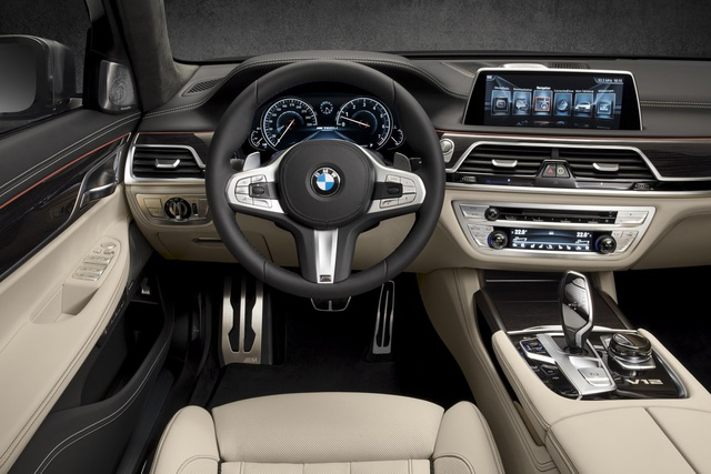 Bên trong xe có vô lăng thể thao 3 chấu tích hợp lẫy gạt chuyển số, ghế trước thể thao, đồng hồ công-tơ-mét có chỉ số cao nhát 330 km/h, bàn đạp bằng nhôm và nhiều bộ phụ kiện khác nhau.