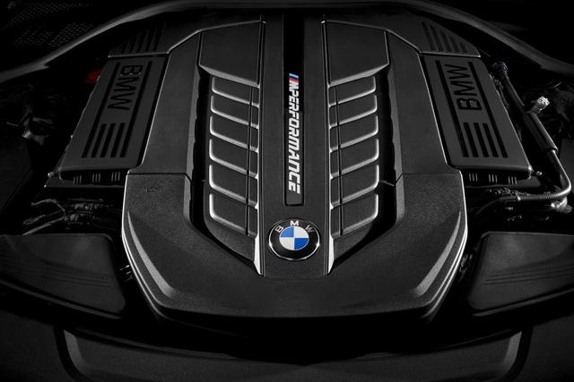 Nằm bên dưới nắp capô của BMW M760Li xDrive là khối động cơ V12, tăng áp kép, dung tích 6,6 lít, sản sinh công suất tối đa 592 mã lực tại vòng tua máy 5.500 vòng/phút và mô-men xoắn cực đại 800 Nm tại vòng tua máy 1.500 vòng/phút.