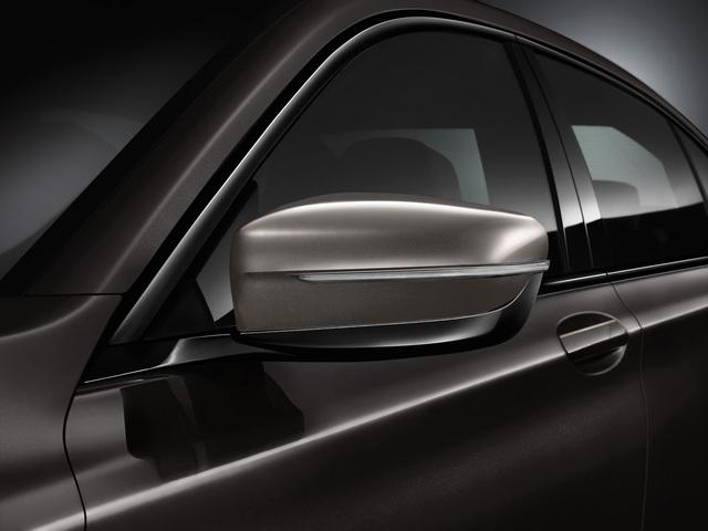 Đồng thời, gói phụ kiện còn bao gồm bộ vành hợp kim nhẹ BMW Individual có đường kính 20 inch, kẹp phanh màu đen và bộ phụ kiện mạ crôm ở ngoại thất.