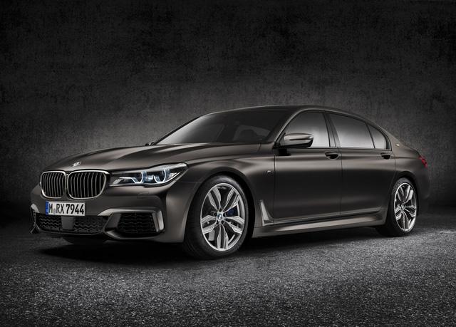 Bên ngoài BMW M760Li xDrive 2017 có cản va cải tiến, tấm hướng gió bên sườn và cặp ống xả đằng sau.