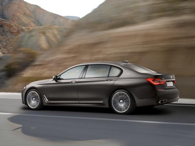 Đây không phải là BMW M7 như nhiều người hâm mộ mong đợi. Tuy nhiên, dù sao đây cũng là phiên bản đầu tiên của BMW 7-Series do bộ phận xe hiệu suất cao M Performance phát triển.