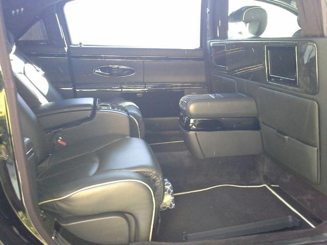 Như đã biết, hãng mẹ Mercedes-Benz khai tử dòng xe Maybach vào giữa năm 2011. Do đó, những người yêu thích dòng xe này chỉ có thể mua ô tô cũ. Cộng thêm lý lịch từng gắn bó với nam diễn viên Charlie Sheen, chiếc Maybach 62S này có thể sẽ sớm tìm thấy chủ nhân mới.