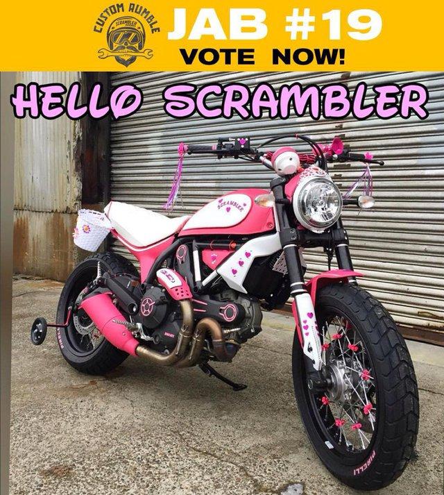 Như đã đưa tin, cuộc thi phẫu thuật thẩm mỹ Ducati Scrambler dành cho các cá nhân và hãng độ trên toàn thế giới mang tên Custom Rumble đã chọn ra được 5 chiếc đẹp nhất. Đáng tiếc thay, trong danh sách đó, không có chiếc Ducati Scrambler màu hồng này.