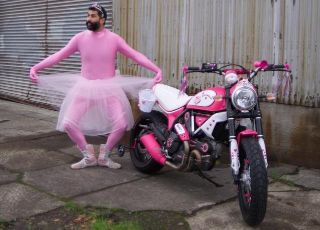 Qua hình ảnh, có thể thấy chiếc Ducati Scrambler cực xinh xắn và hợp với các biker nữ được sơn hai màu hồng-trắng. Trong đó, màu hồng xuất hiện trên bình xăng, chắn bùn và ống xả. Màu trắng xuất hiện trên bình xăng, phuộc, và yên xe.