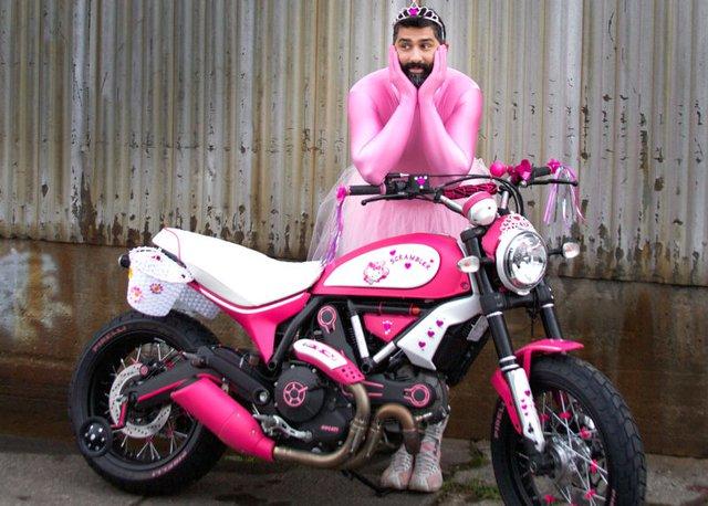 Để tăng thêm phần ấn tượng cho xe, một nhân viên đại lý còn mặc đồ công chúa màu hồng và tạo dáng chụp ảnh bên Ducati Scrambler Hello Kitty.