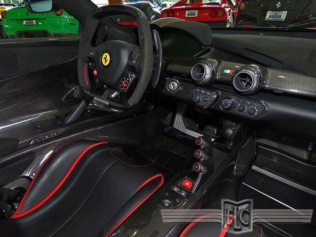 Hệ dẫn động hybrid mạnh mẽ cho phép Ferrari LaFerrari tăng tốc từ 0-96 km/h trong thời gian dưới 3 giây và đạt vận tốc tối đa 350 km/h.